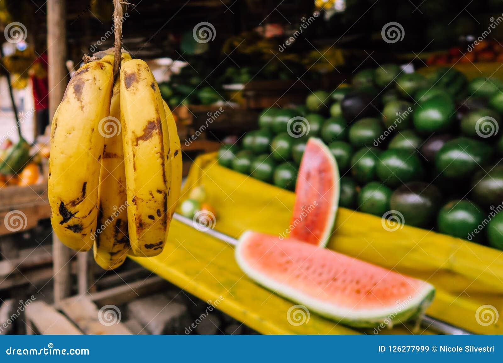 在五颜六色的市场上的水果摊在内罗毕,肯尼亚
