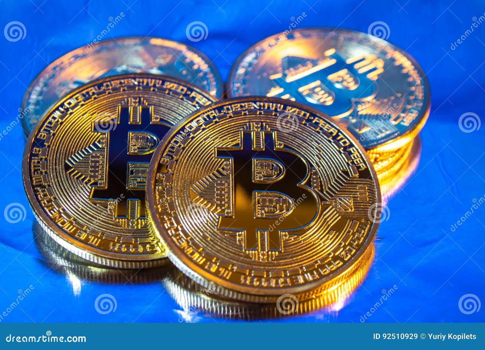 在五颜六色的背景的Cryptocurrency物理金黄bitcoin硬币