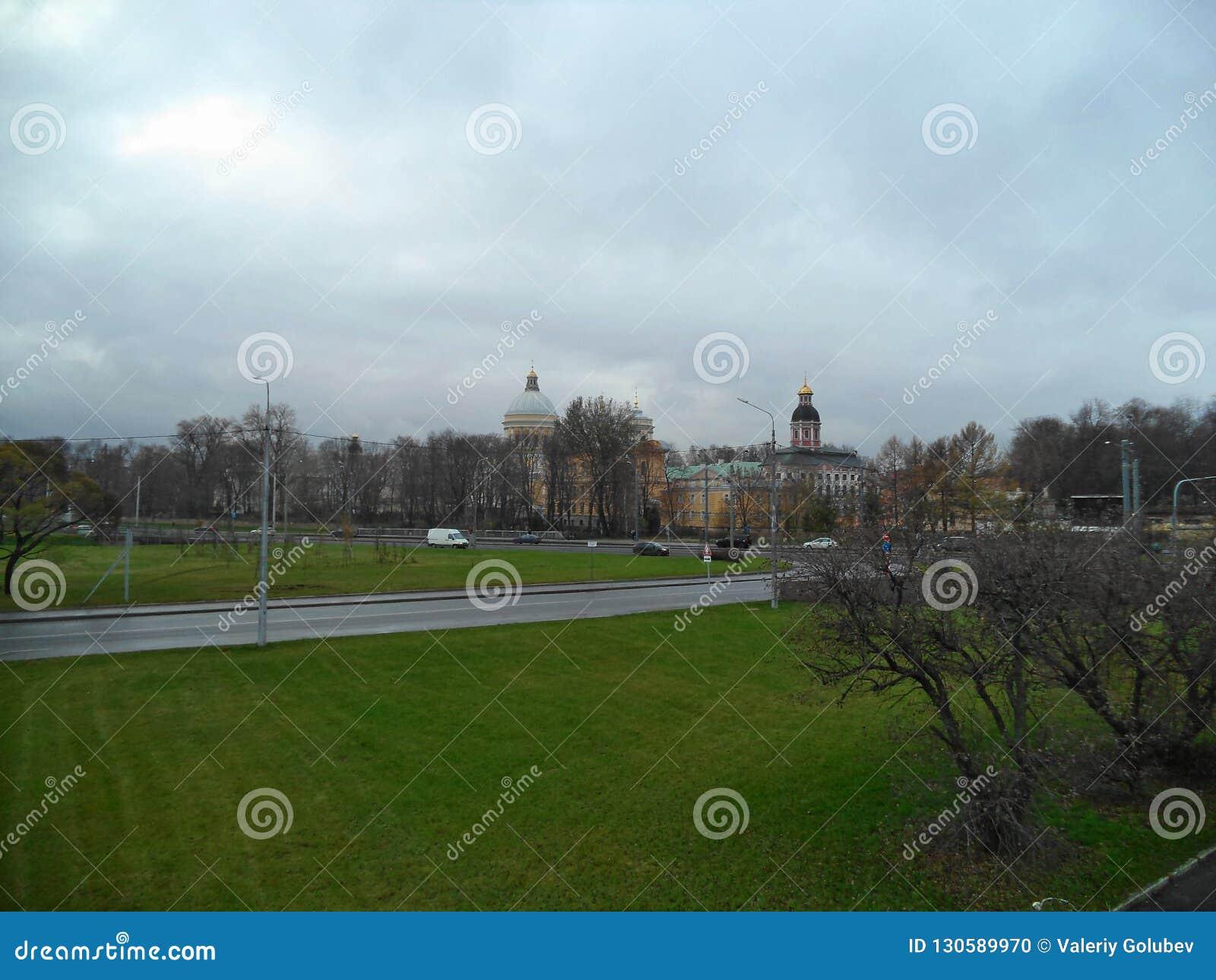 在亚历山大・涅夫斯基修道院的阴沉的天空在圣彼德堡