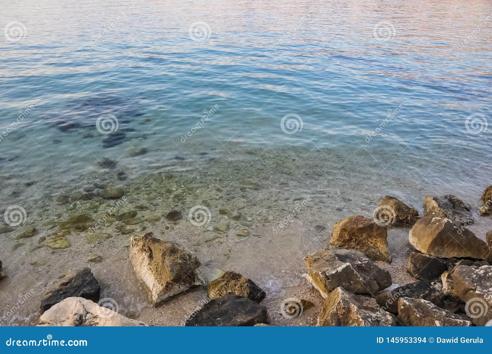 在亚得里亚海海岛Pag,在日落以后的克罗地亚海岸的海滩
