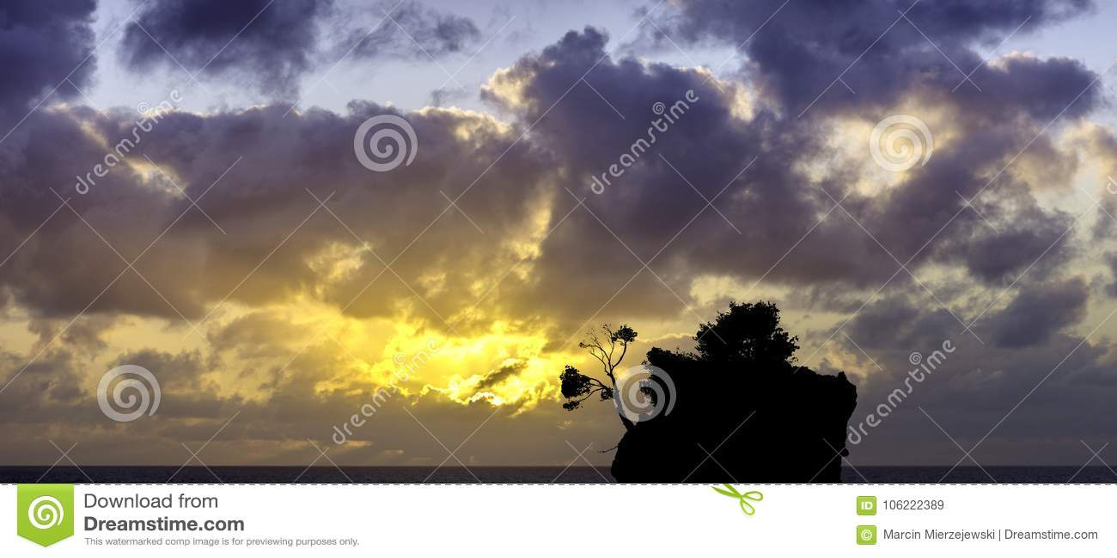 在亚得里亚海的剧烈的日出和卡梅尼火山Brela -小著名海岛在Brela,马卡尔斯卡里维埃拉