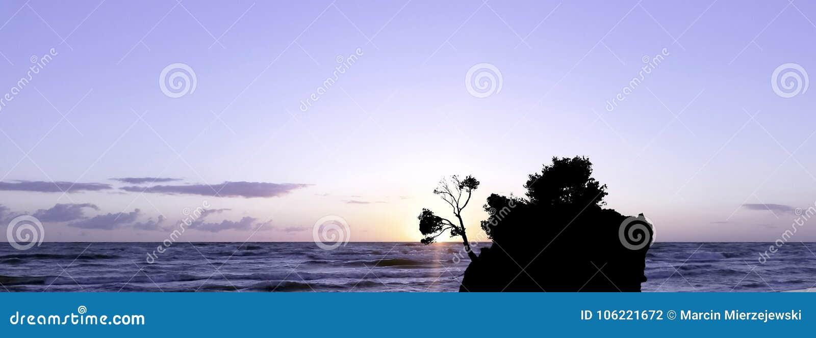 在亚得里亚海的剧烈的日落和卡梅尼火山Brela -小著名海岛在Brela