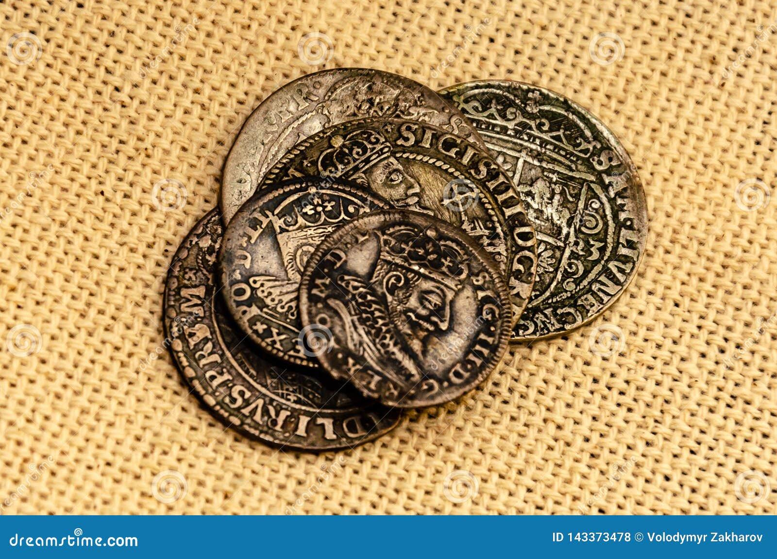 在亚麻制背景的银币