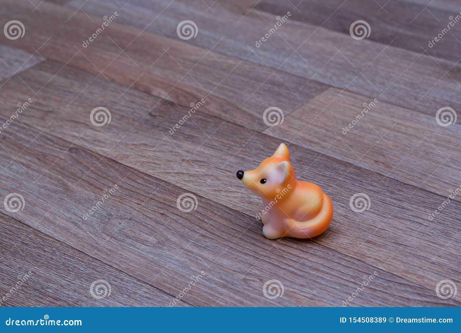 在亚麻油地毡的红色橡胶玩具狐狸