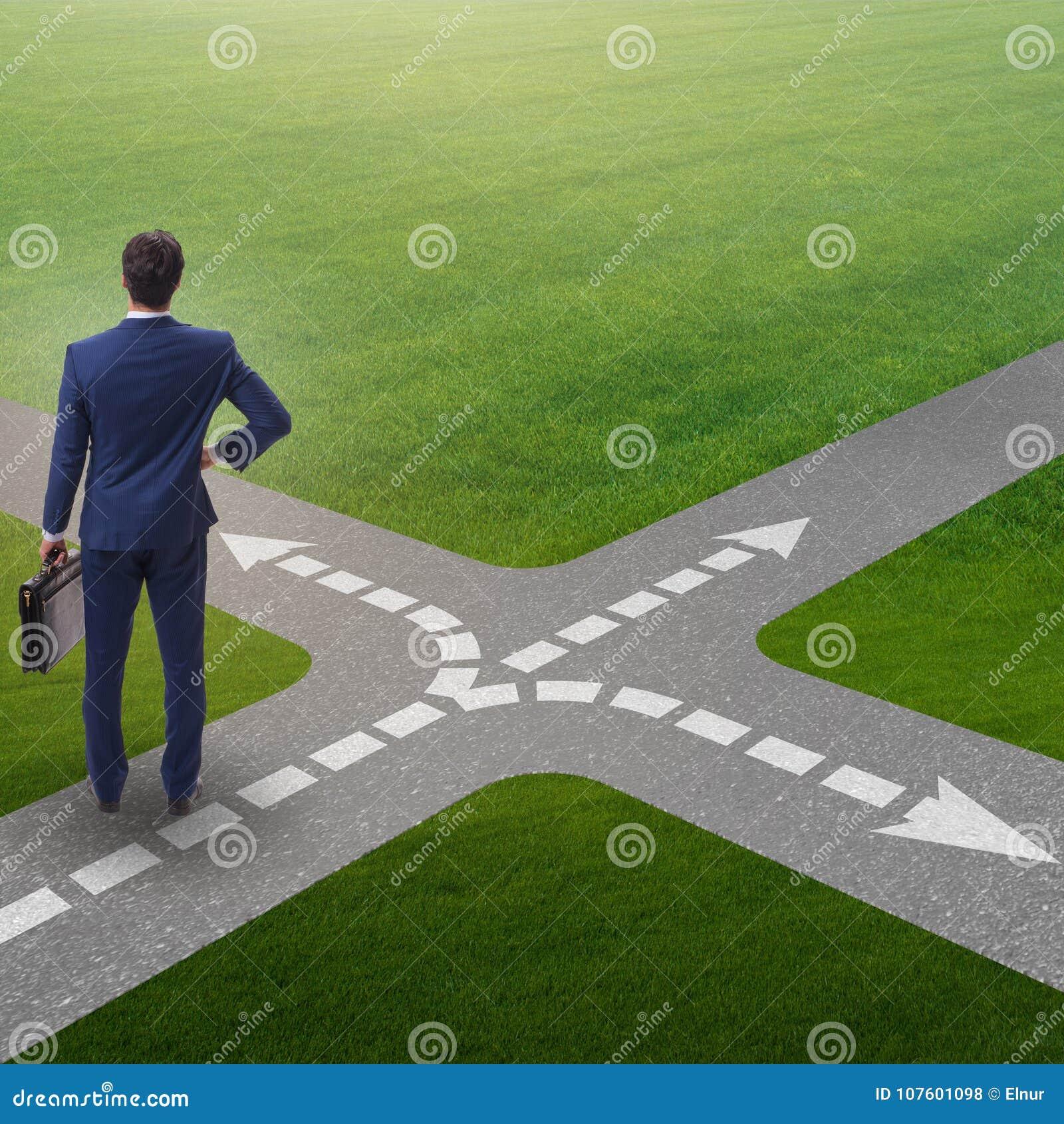 在交叉路的年轻商人不确定性概念的