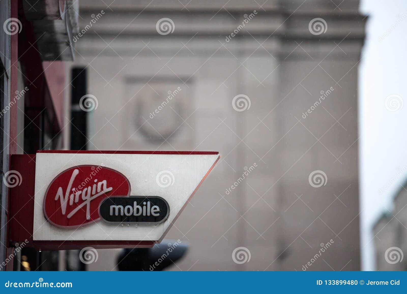 在他们的主要商店的维尔京莫比尔商标蒙特利尔中心的 一部分的理查德・布兰森维尔京小组