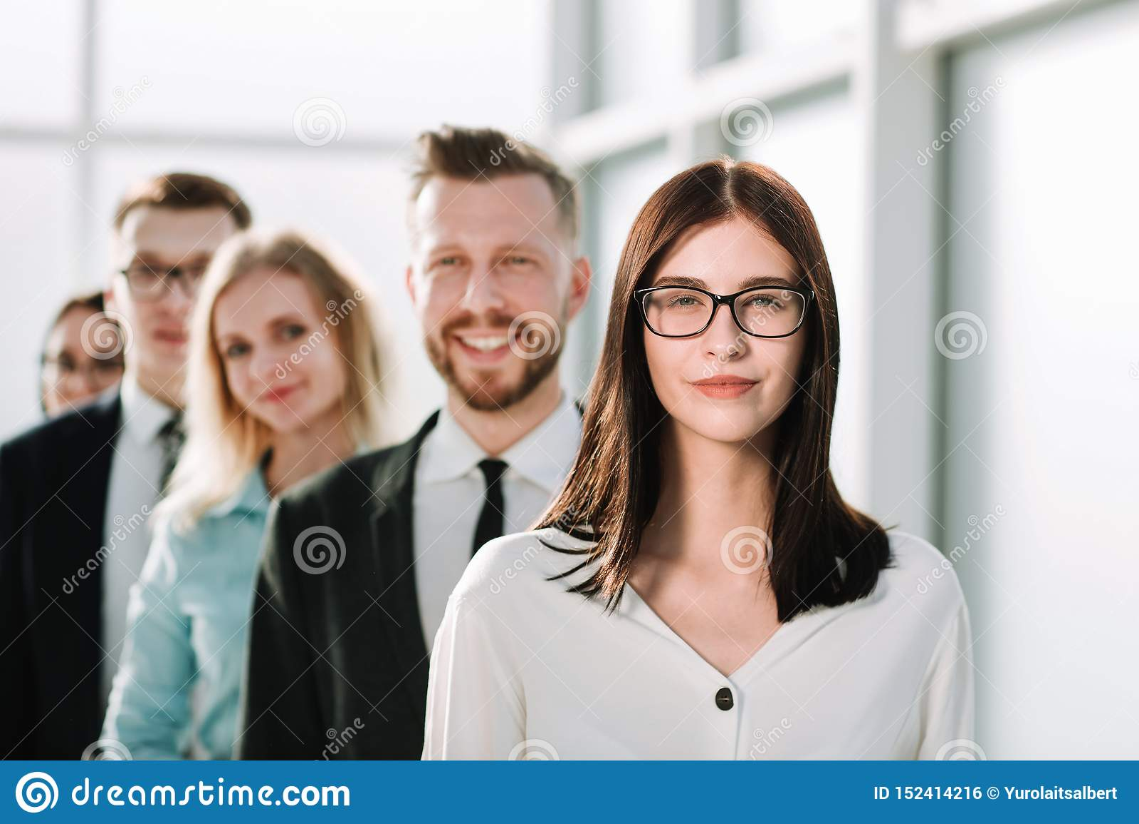 ?? 在他的企业队前面的确信的女商人身分