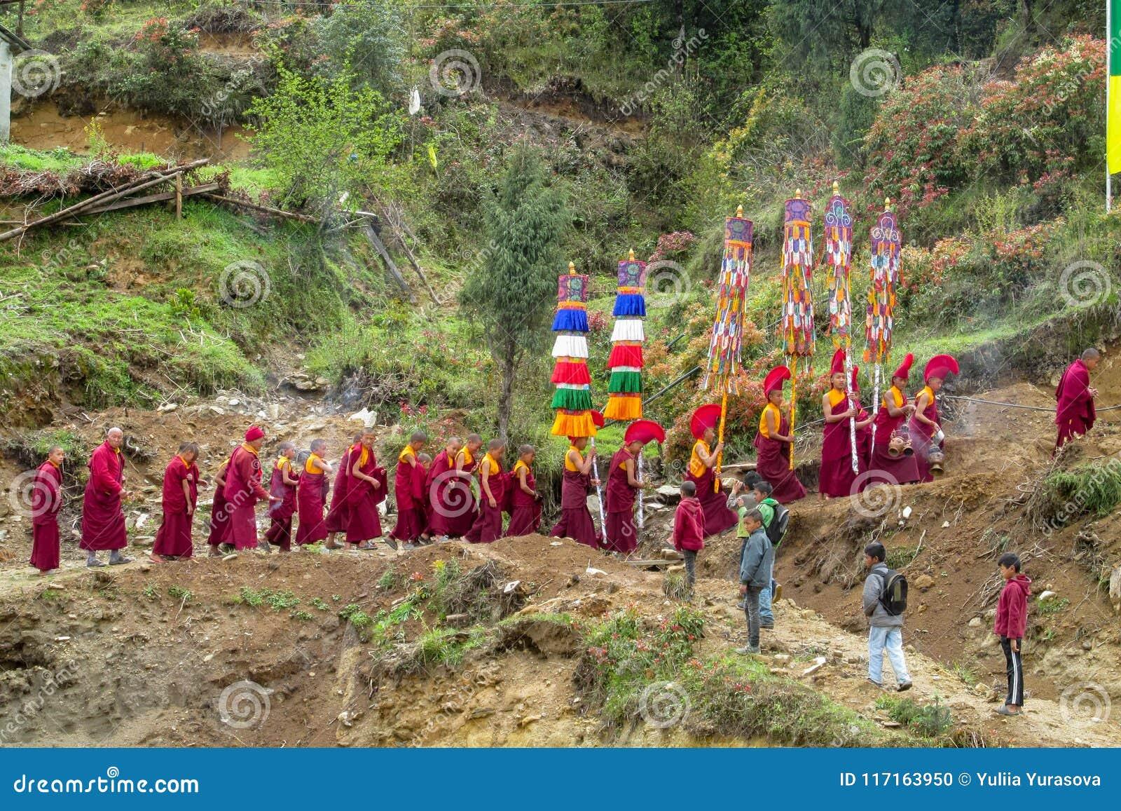 在仪式庆祝的和尚队伍在尼泊尔寺庙