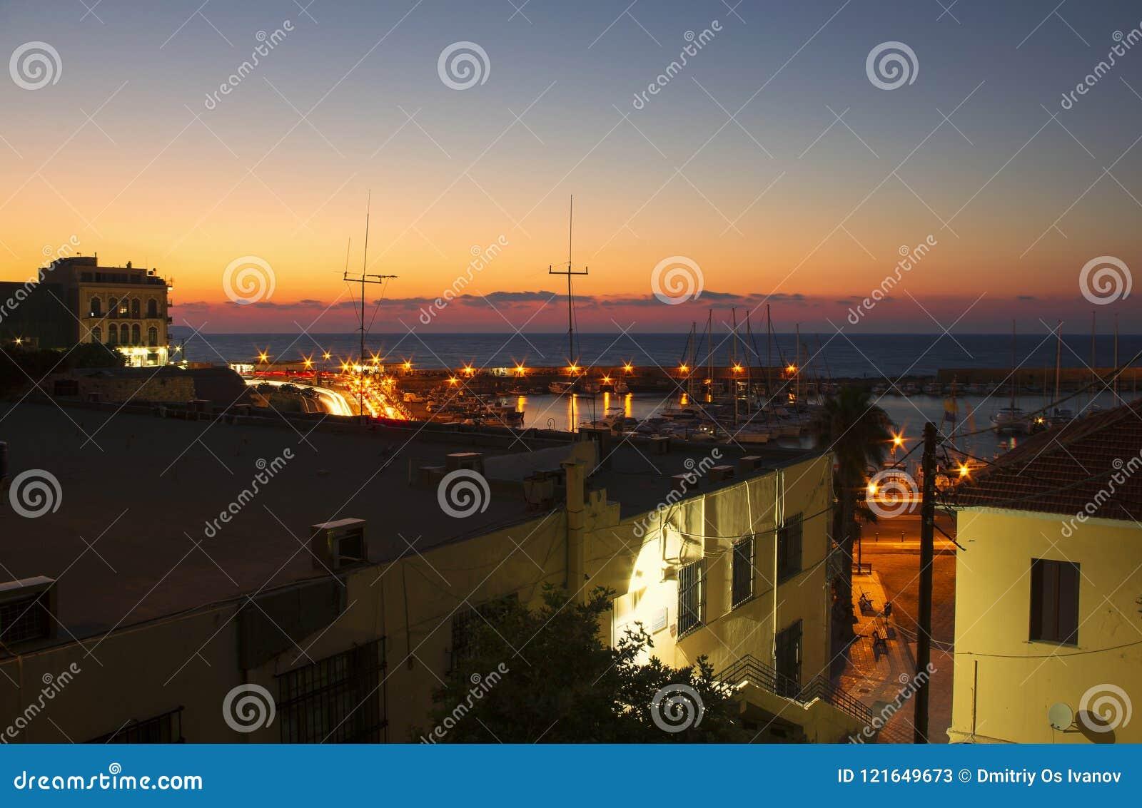 在伊拉克利翁港口的夜美好的风景