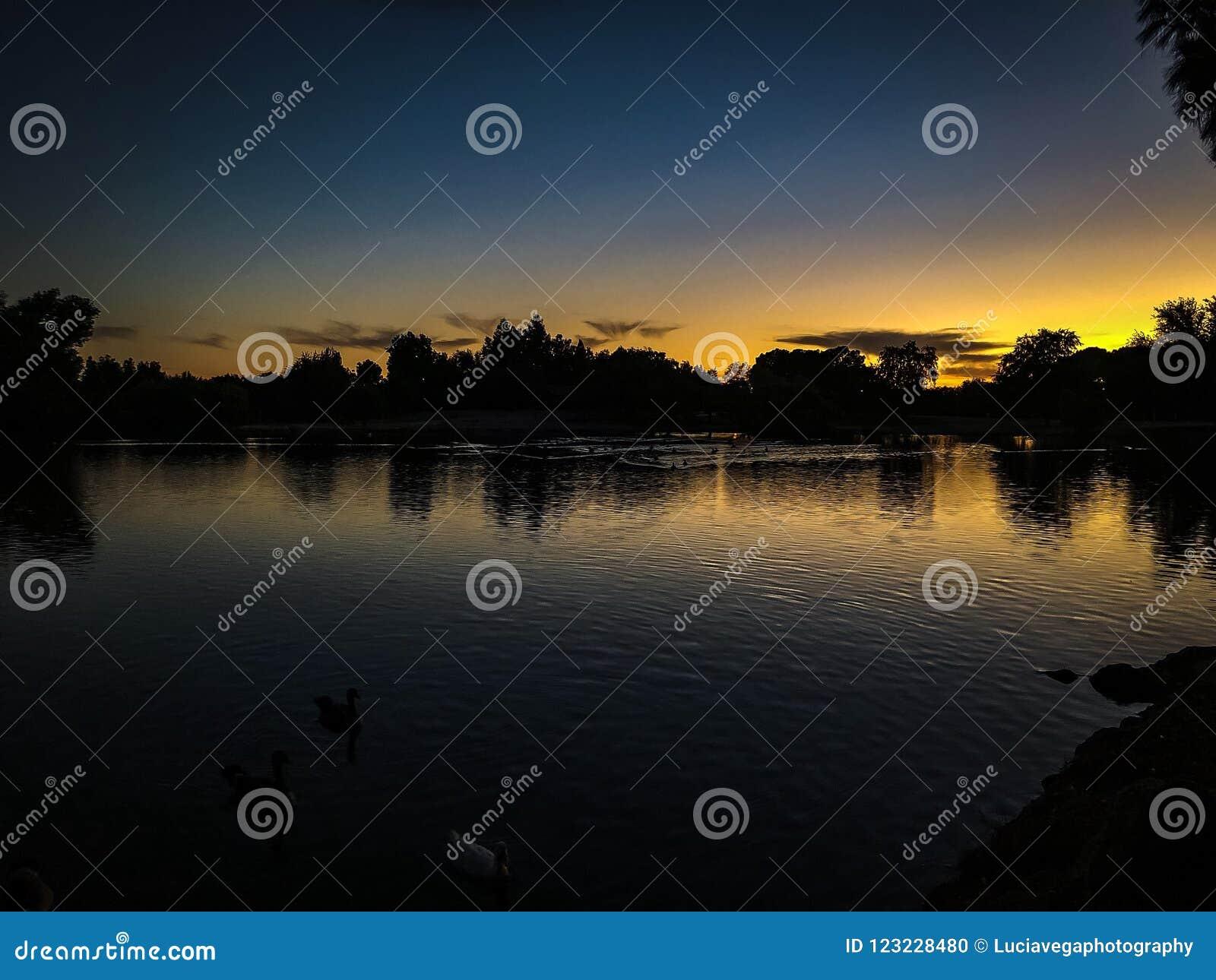 在伍德沃德公园的日落晚上