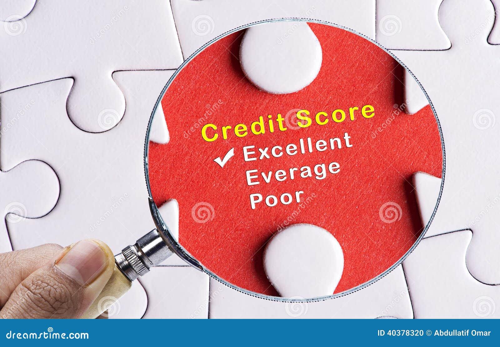 在优秀信用评分评价表的放大镜焦点。