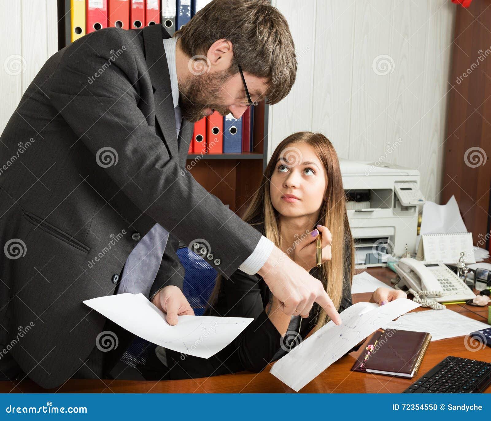 在优胜者和下级之间的联系 恼怒的上司尖叫对他雇主妇女和她惊奇和