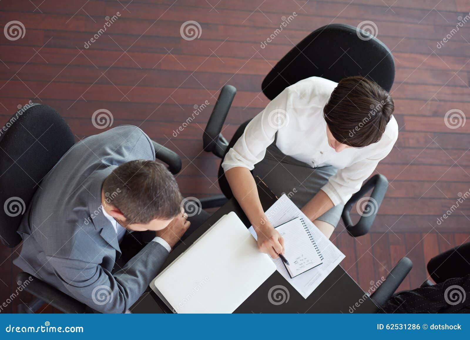 在会议的商人小组顶视图