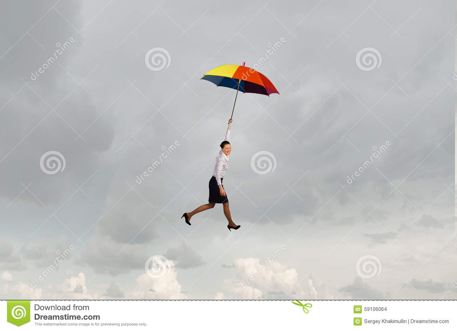 在伞的妇女飞行
