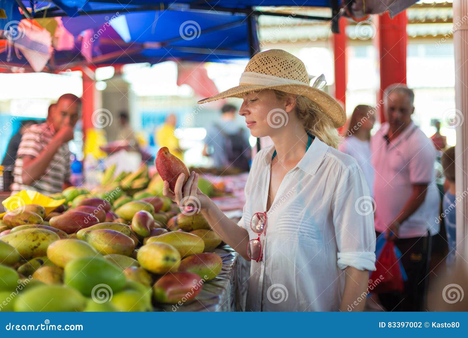 在传统维多利亚食物市场,塞舌尔群岛上的旅客购物