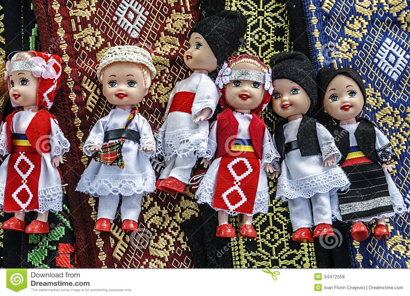 在传统罗马尼亚民间服装1穿戴的玩偶