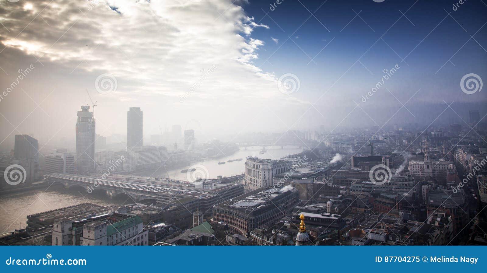 在伦敦的屋顶视图在从圣保罗& x27的一有雾的天; s大教堂