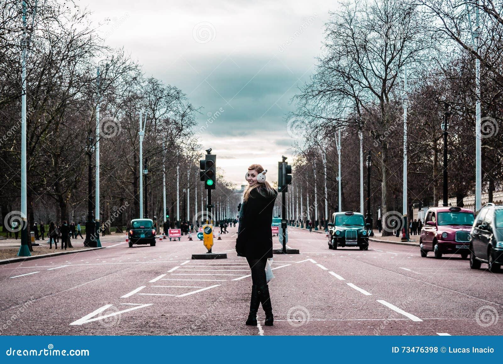 在伦敦街道中间的女孩