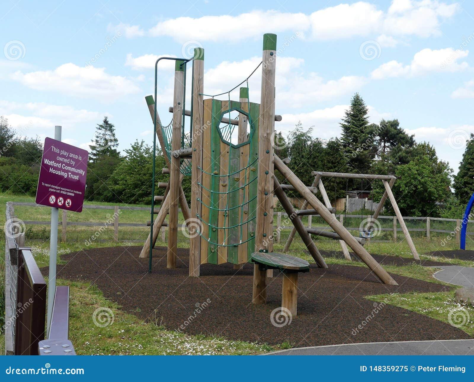 在住房开发附近的沃特福特公共安置的信任玩耍区域