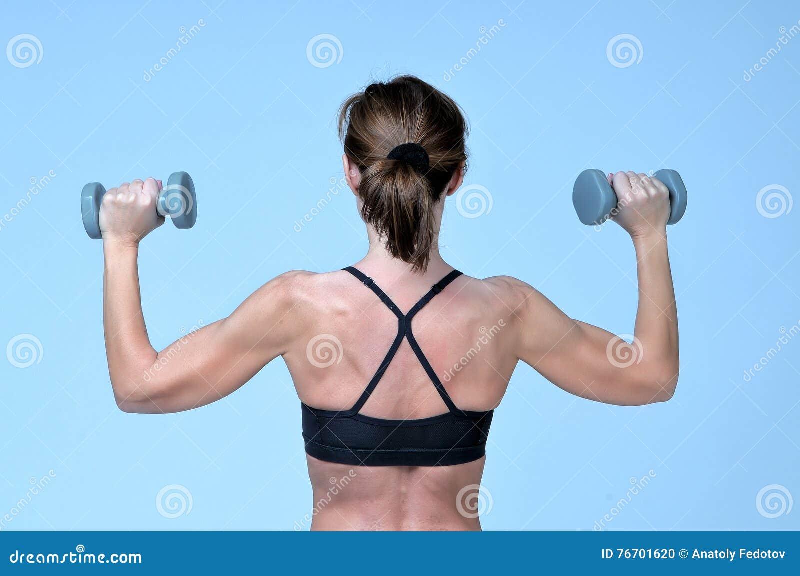 在体育健身女孩的背面图