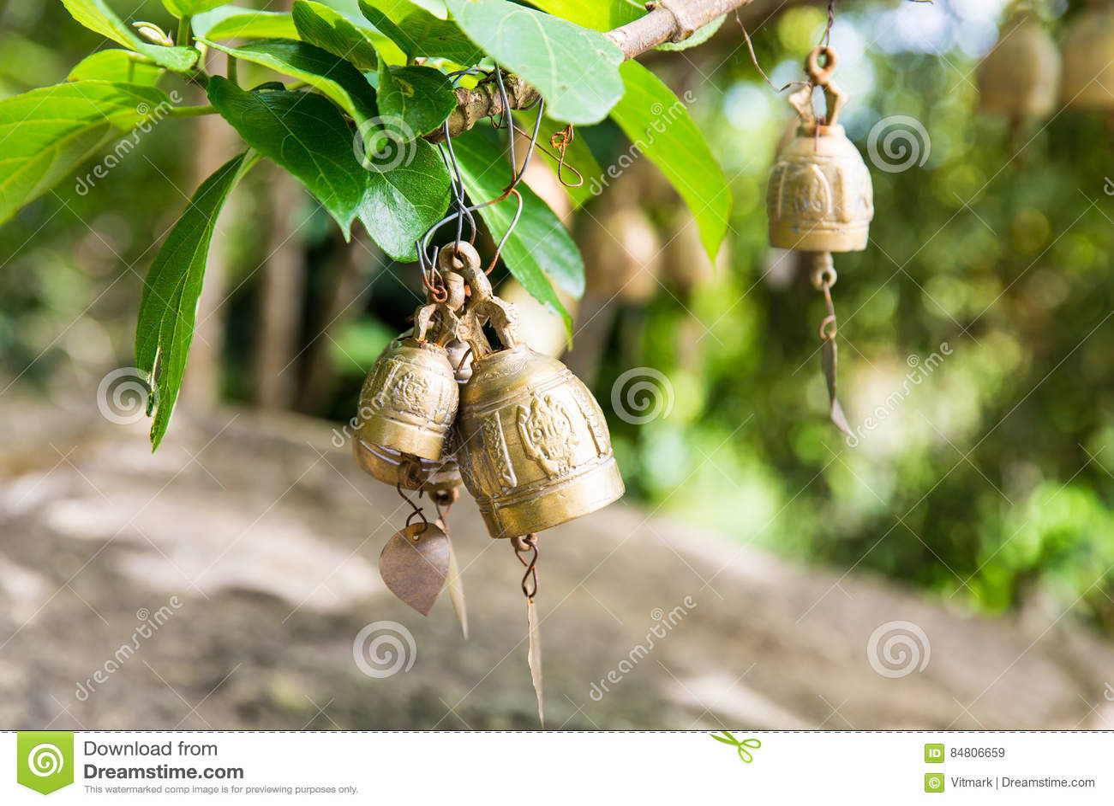 在佛教寺庙的传统亚洲响铃在普吉岛海岛,泰国 著名大菩萨愿望响铃