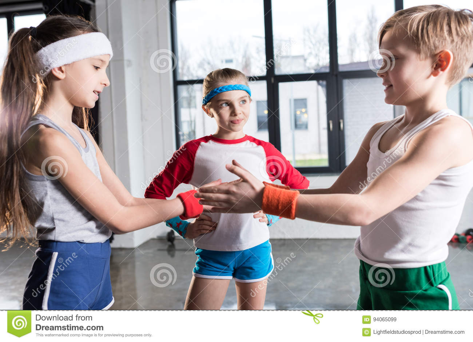 在使用在健身演播室的运动服的可爱的滑稽的孩子