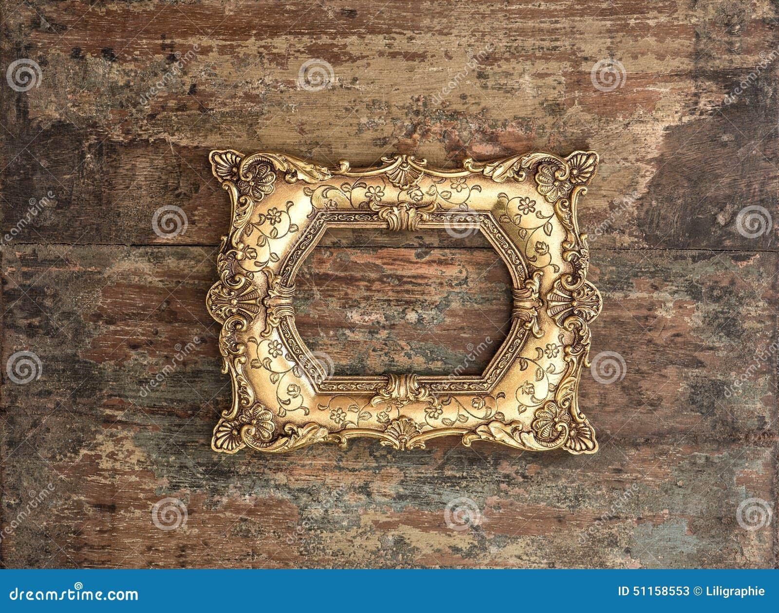 在使用的木背景的古色古香的金黄框架 土气纹理