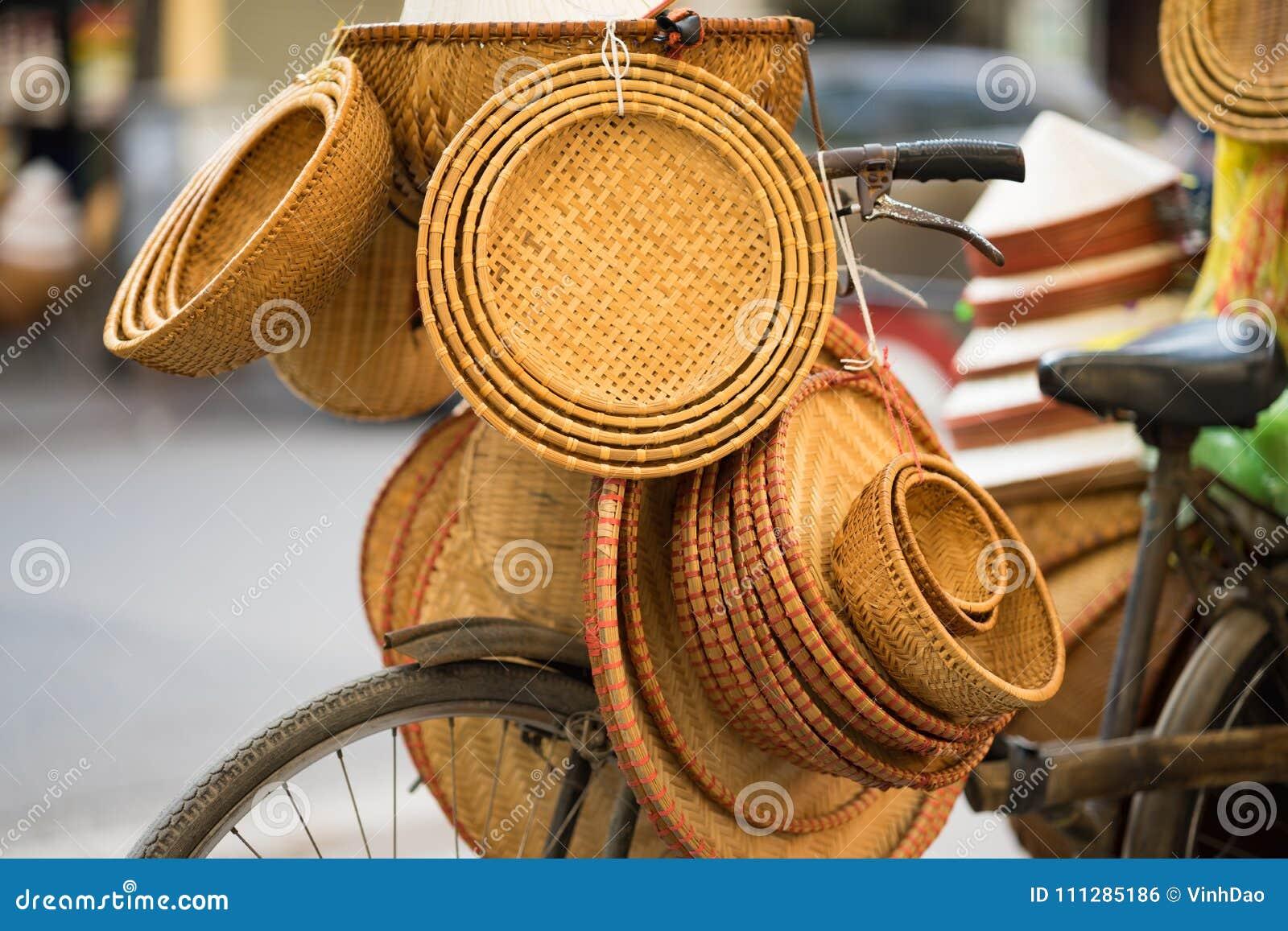 在供营商的越南传统竹篮子在河内街道骑自行车