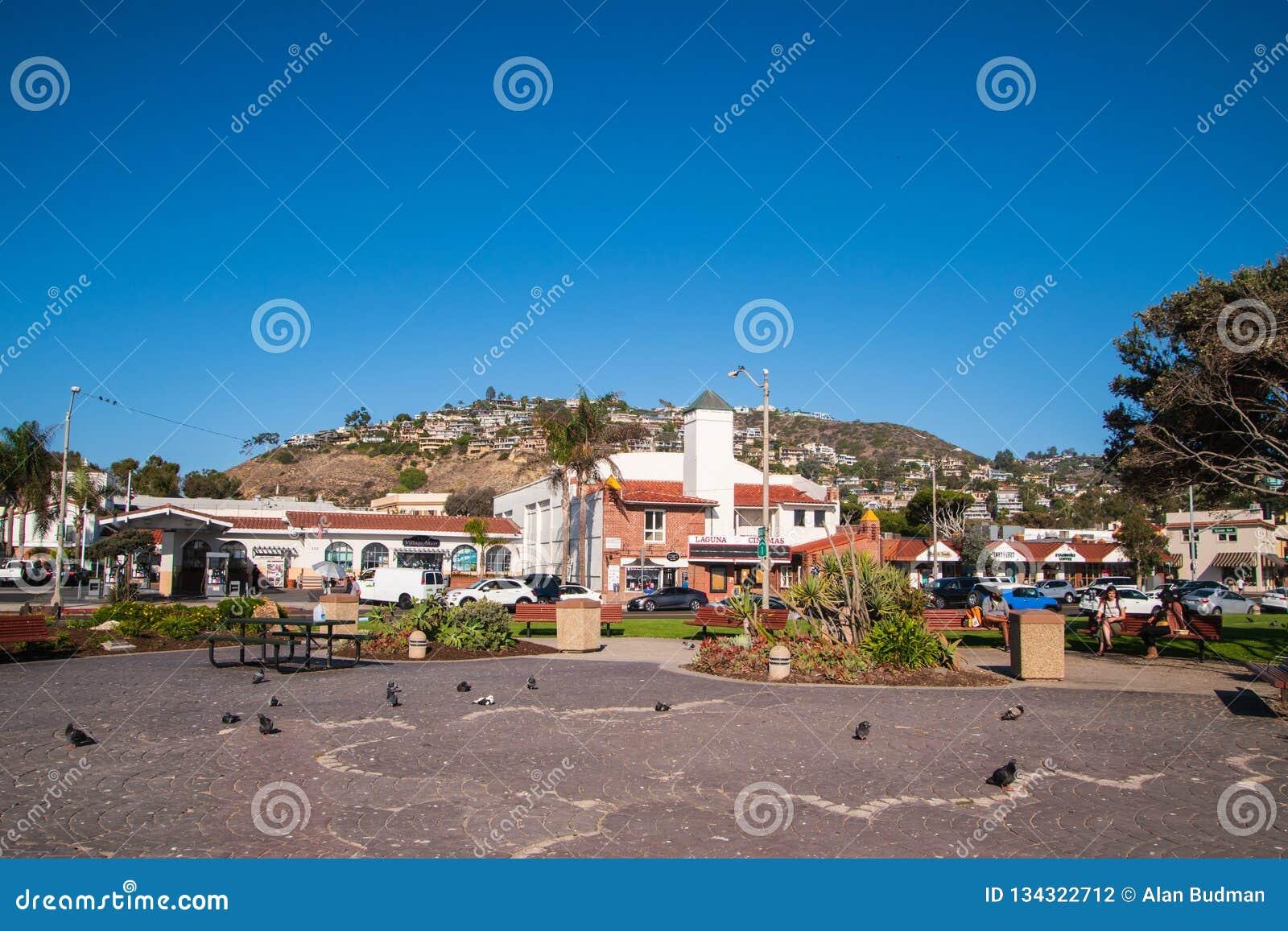 在俯视一个小公园的山一边的住房开发