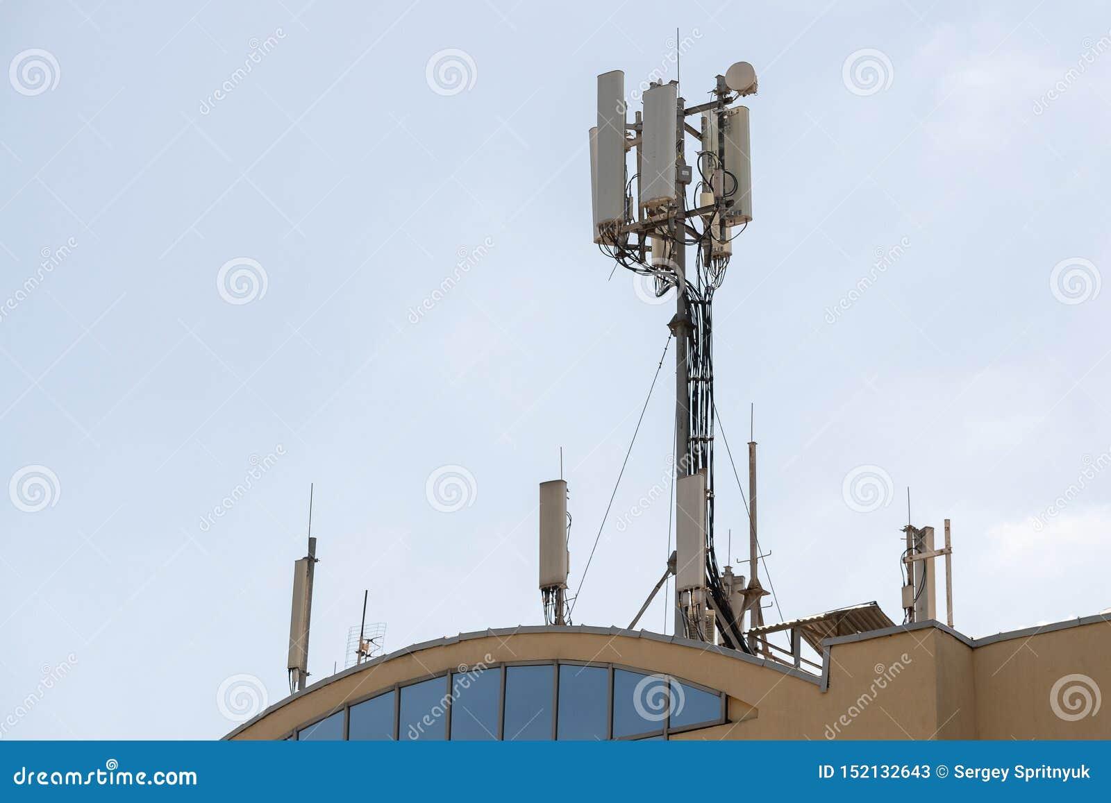 在做普通的维护控制的电信塔的技术员维护对通信的3G 4G和5G一个天线