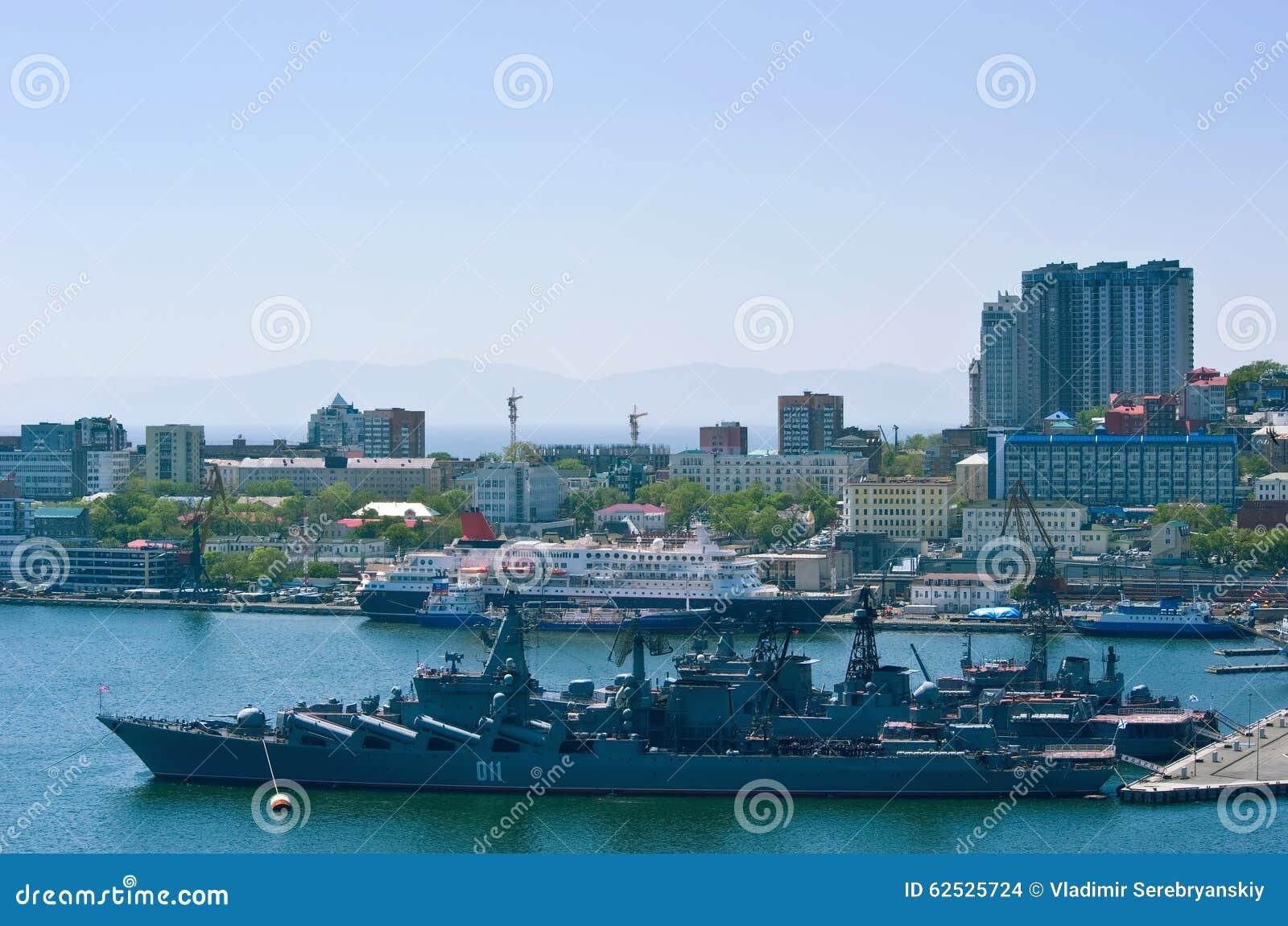 在停泊处的船在口岸在一个晴天 符拉迪沃斯托克 俄国 22 05 2015年