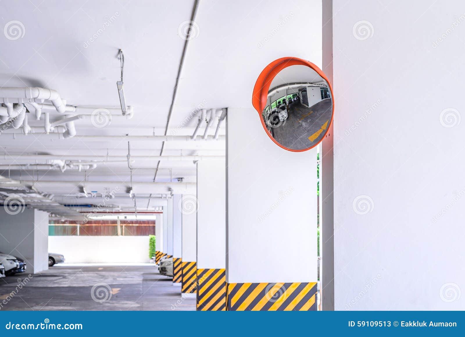 在停车场的交通凸镜