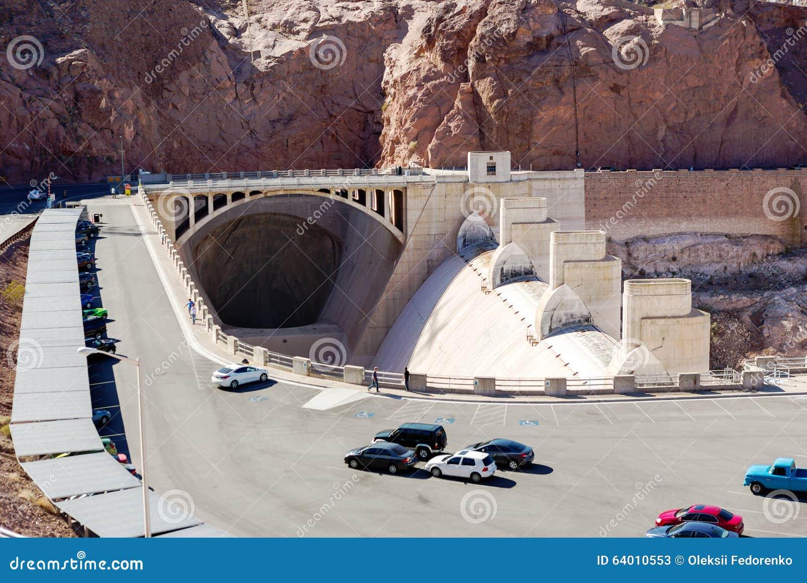 在停车处和溢洪道隧道的胡佛水坝视图
