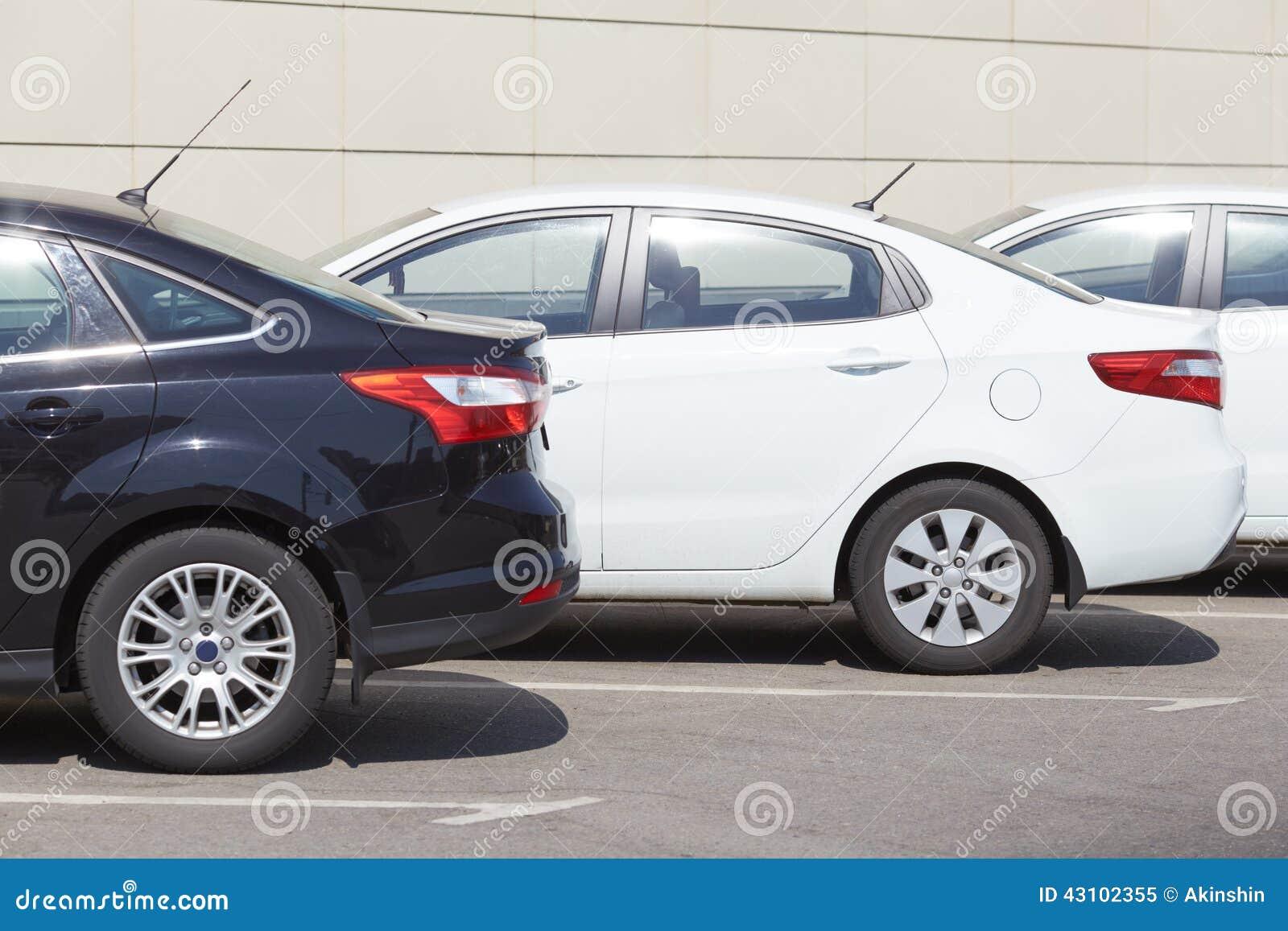在停车处的汽车
