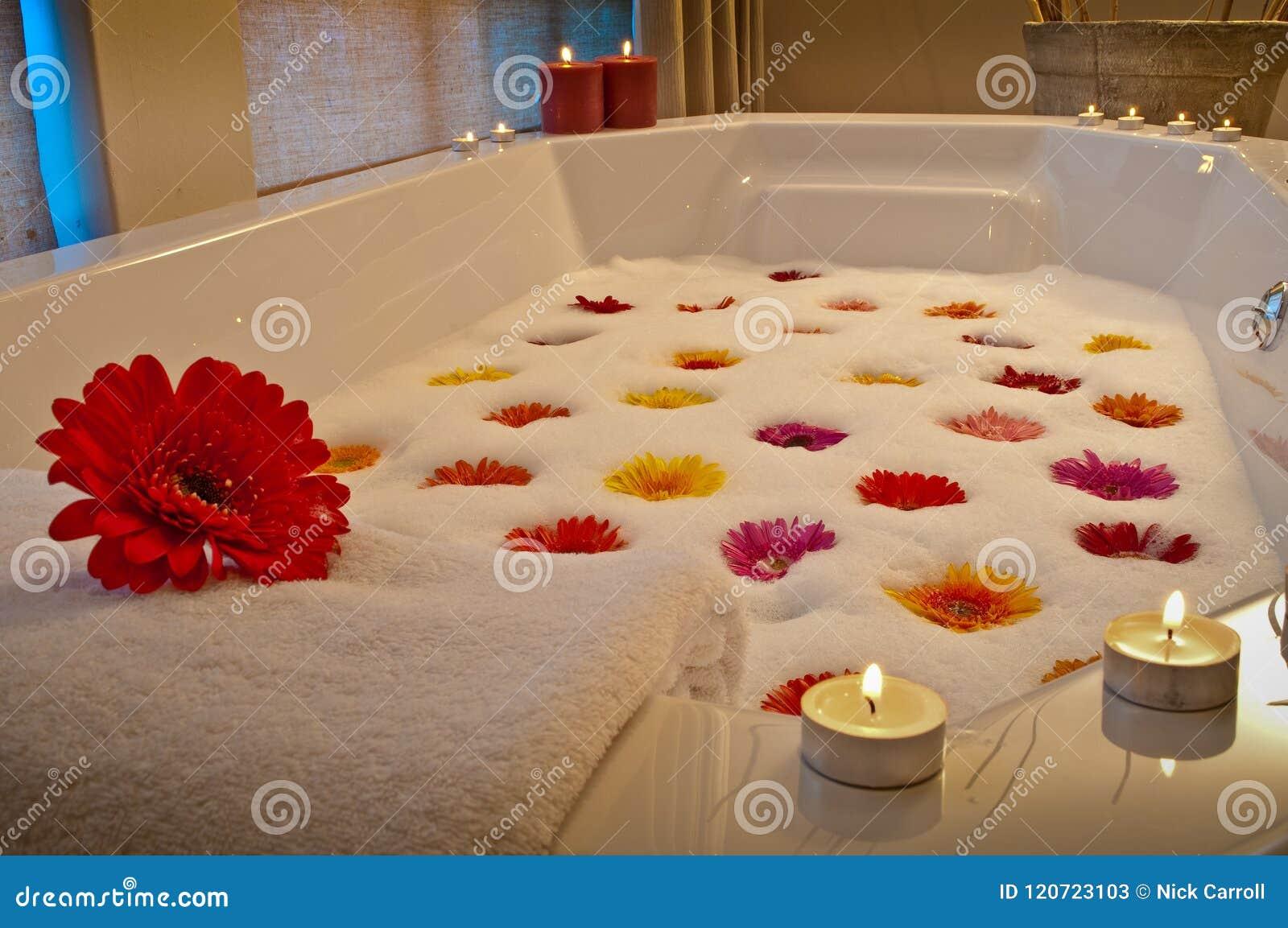 在健康温泉的点蜡烛的浴与花