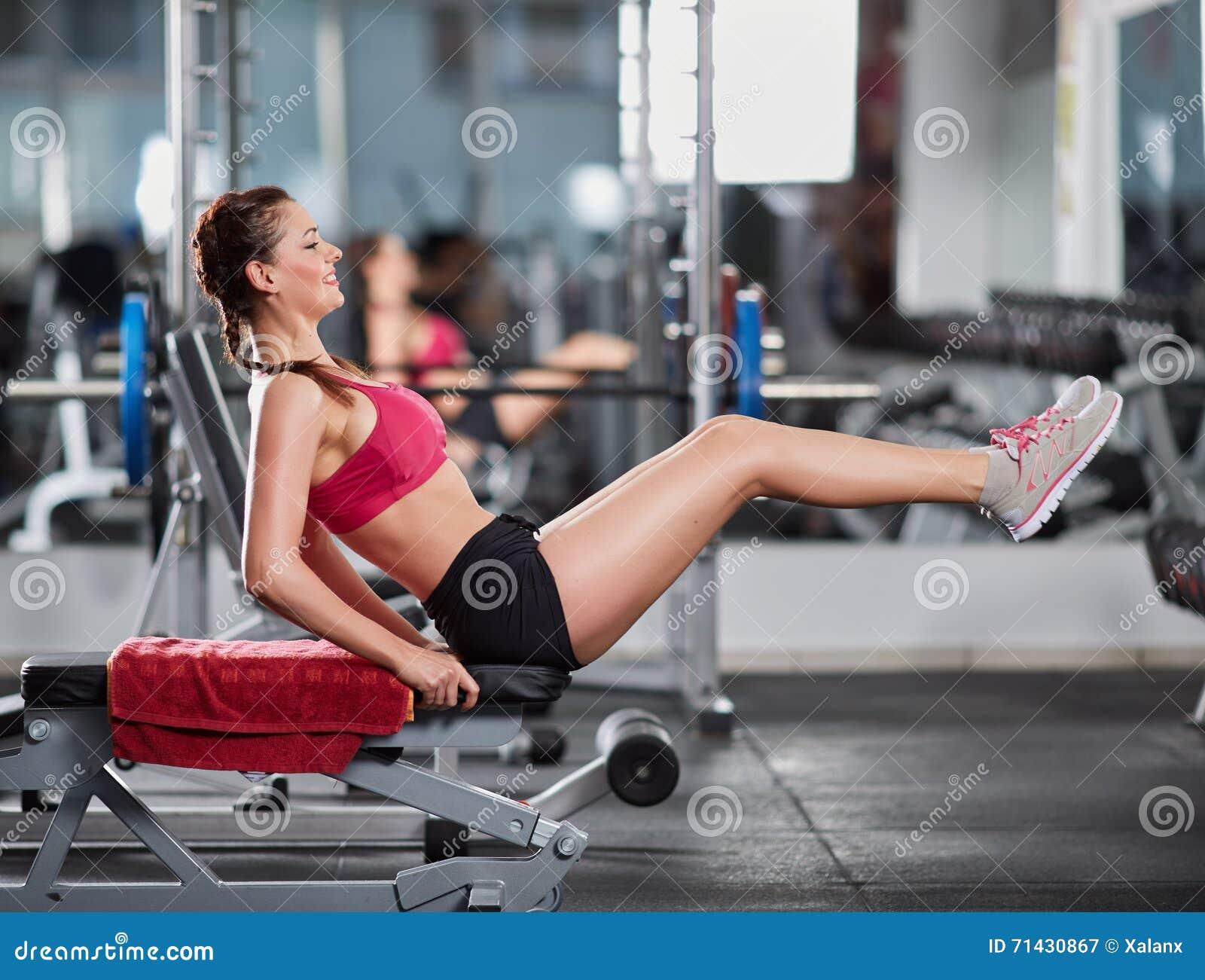 在健身房的吸收咬嚼
