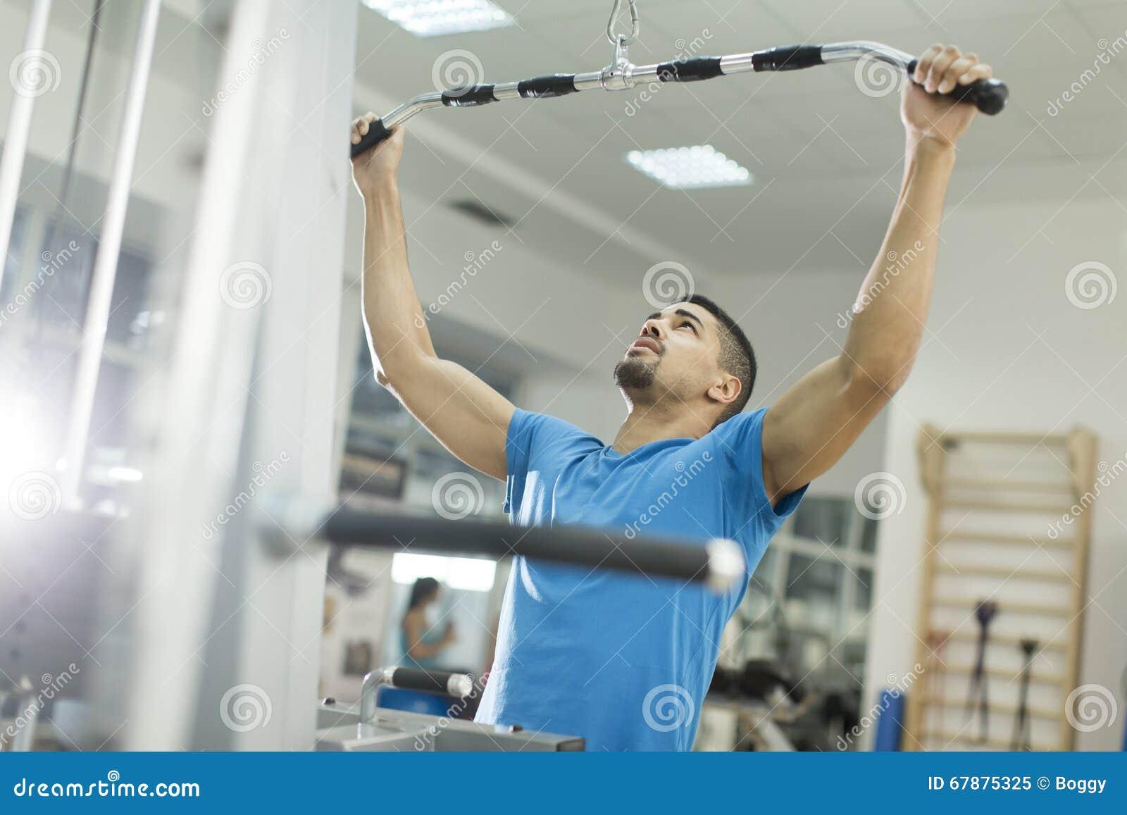 在健身房的年轻黑人训练