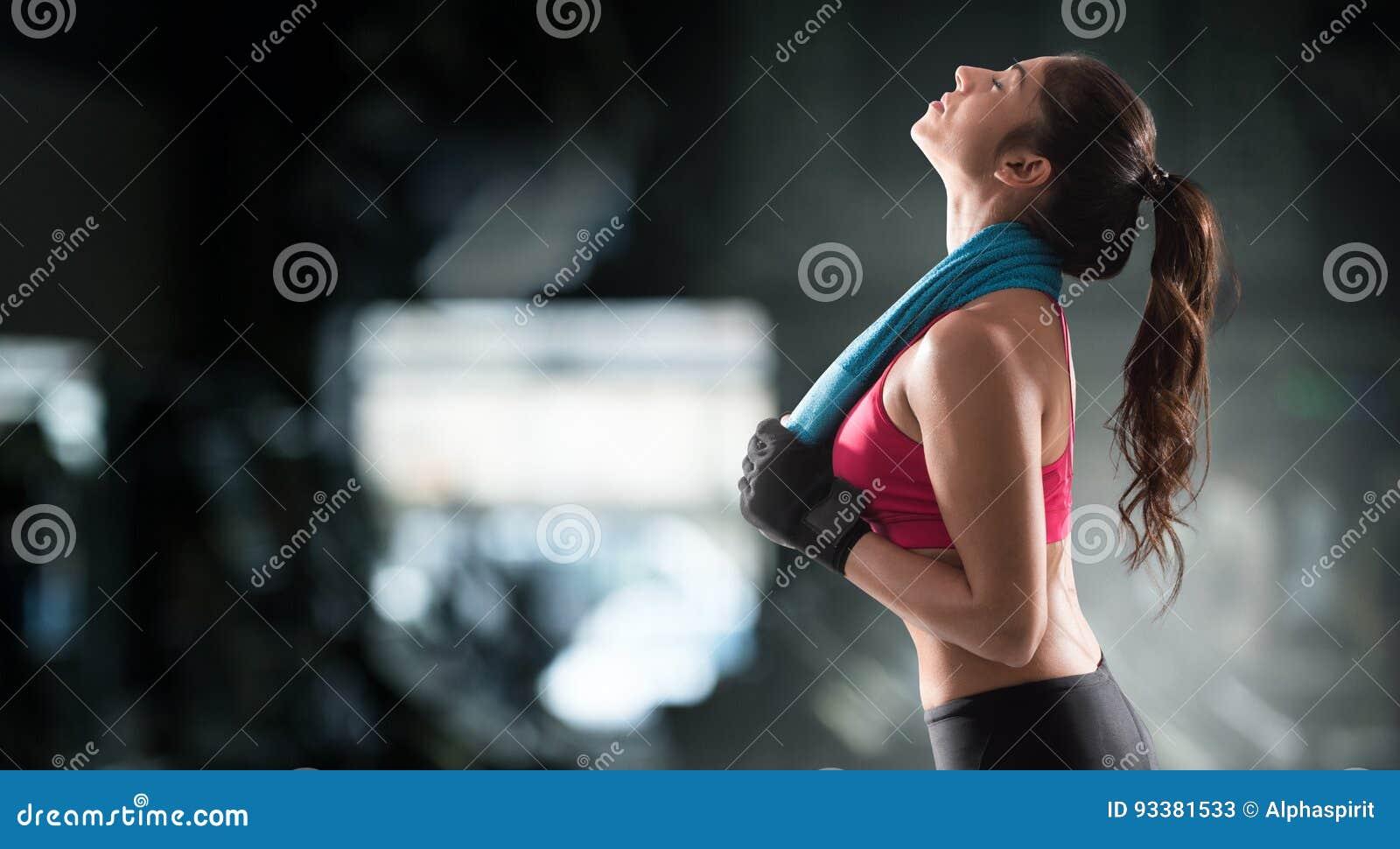 在健身房锻炼以后的妇女