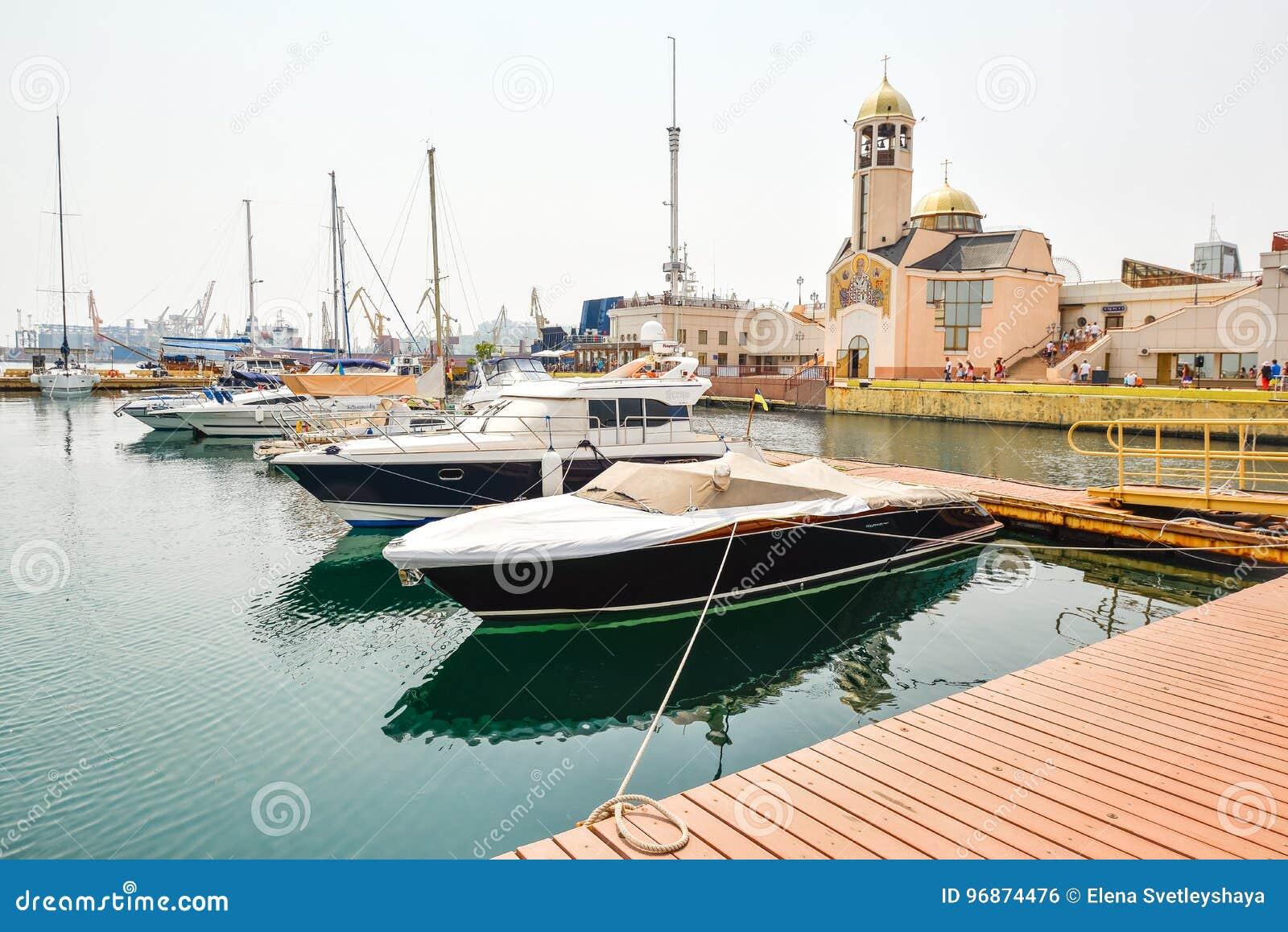 在傲德萨附近,傲德萨乌克兰的海洋驻地的口岸和海游艇
