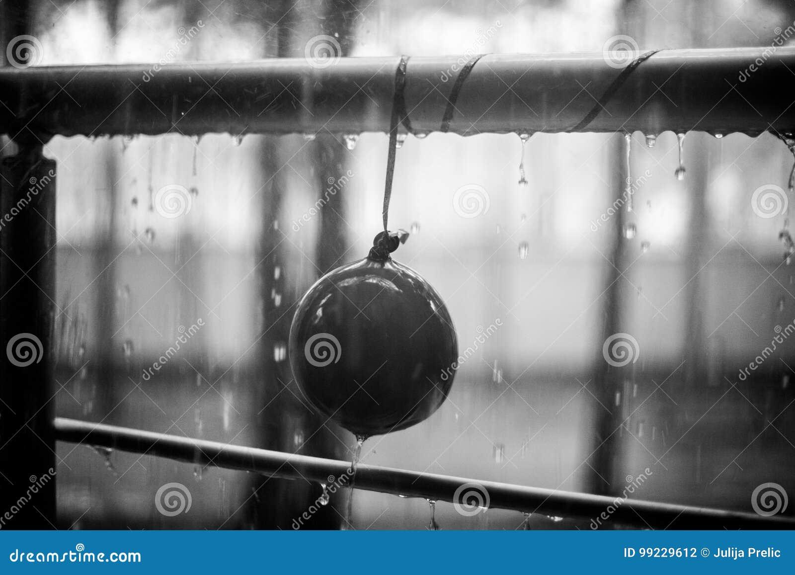 在儿童气球和金属扶手栏杆,夏天雨, bnw照片的小滴