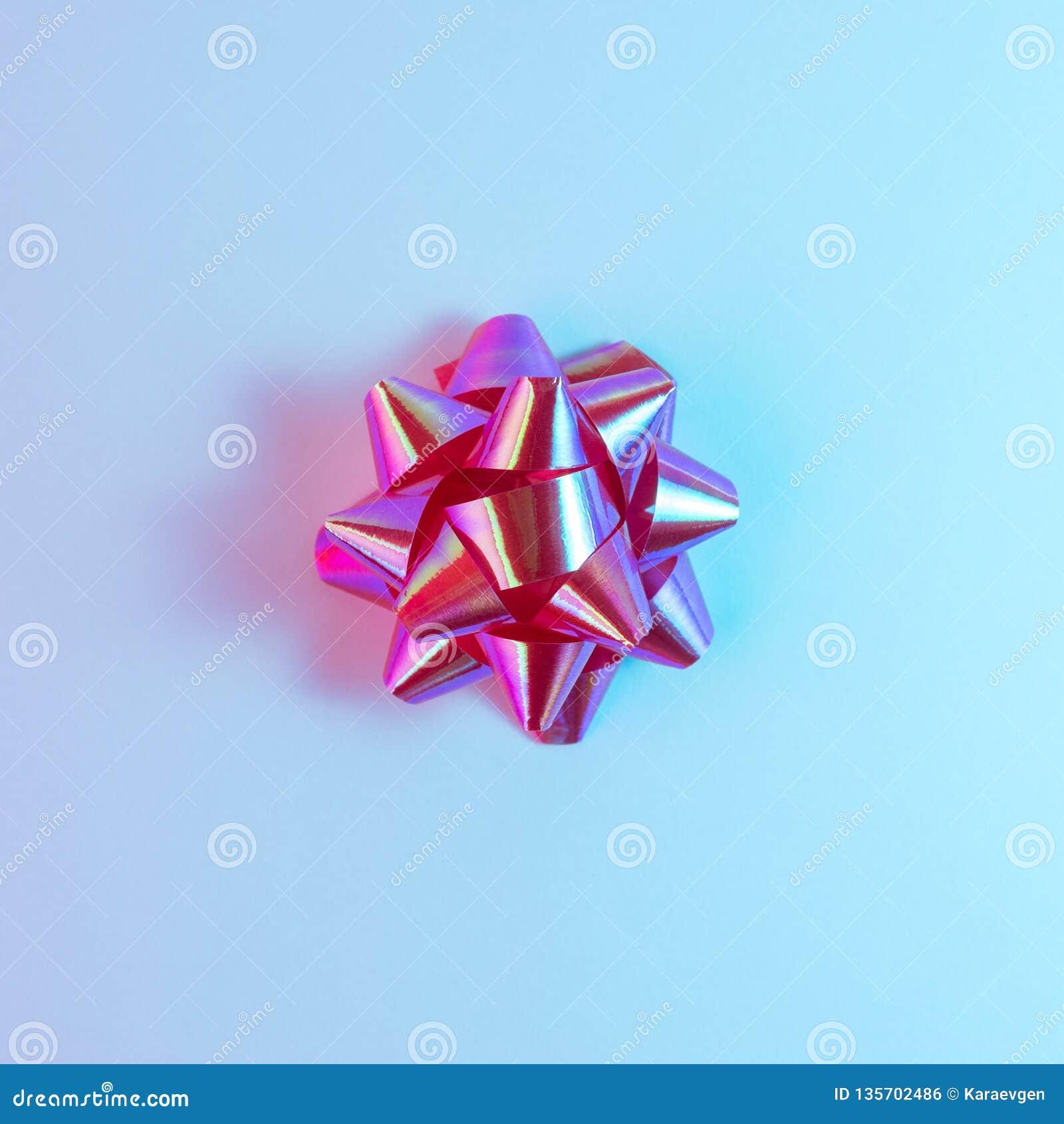 在充满活力的大胆的梯度全息照相的颜色的塑料装饰圣诞礼物弓 圣诞节和新年最小的艺术概念