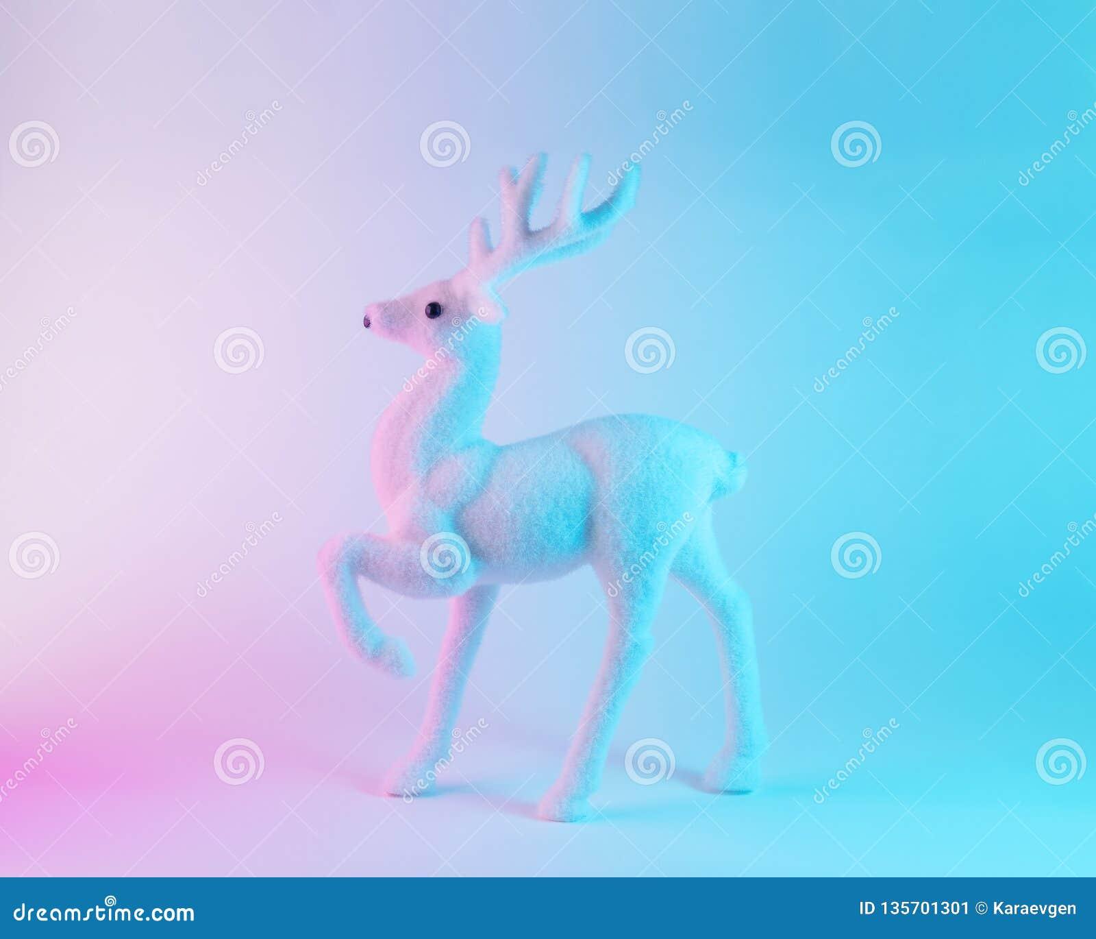 在充满活力的大胆的梯度全息照相的颜色的白色驯鹿 圣诞节和新年最小的艺术概念