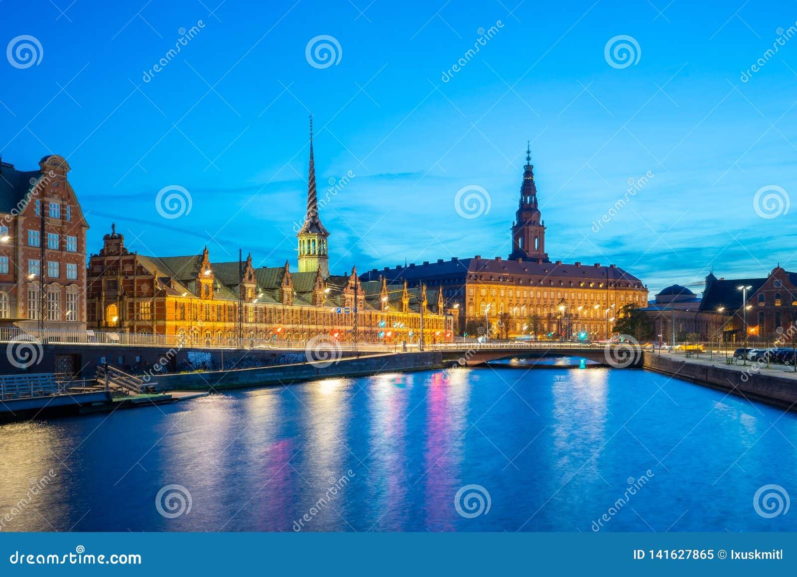 在克里斯蒂安堡宫殿的夜视图在哥本哈根,丹麦