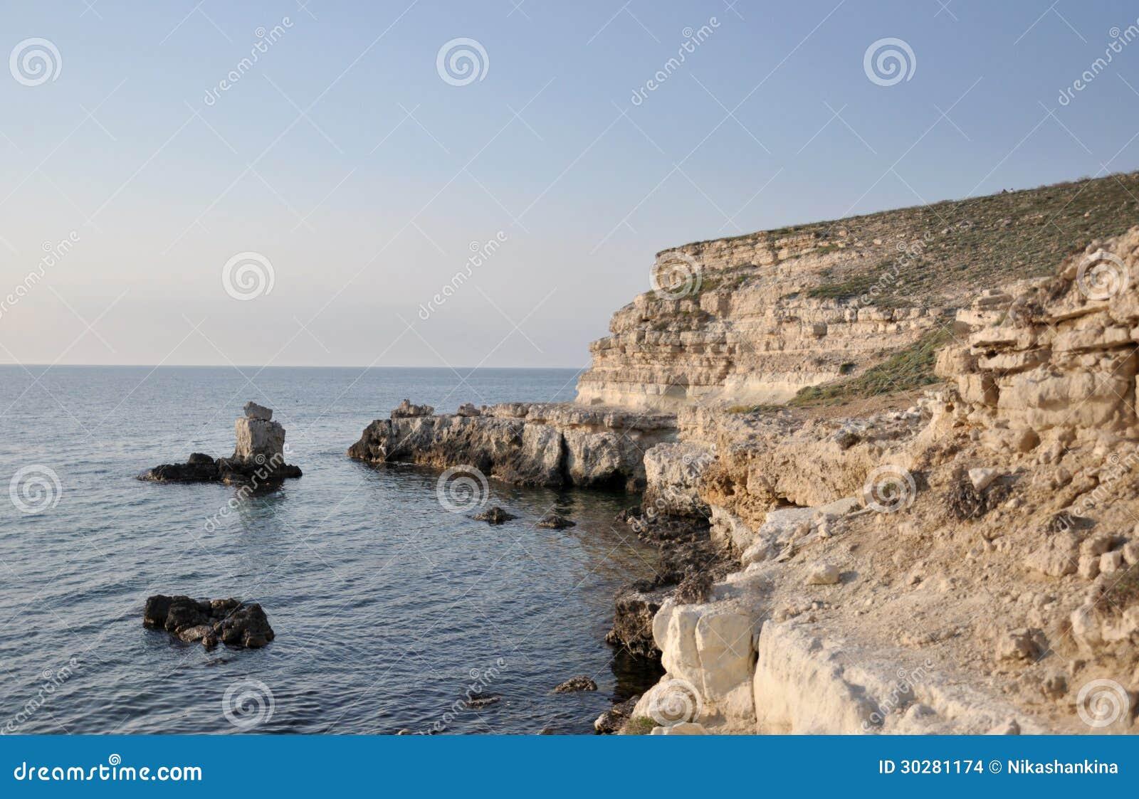 在克里米亚半岛海岸的岩石岸