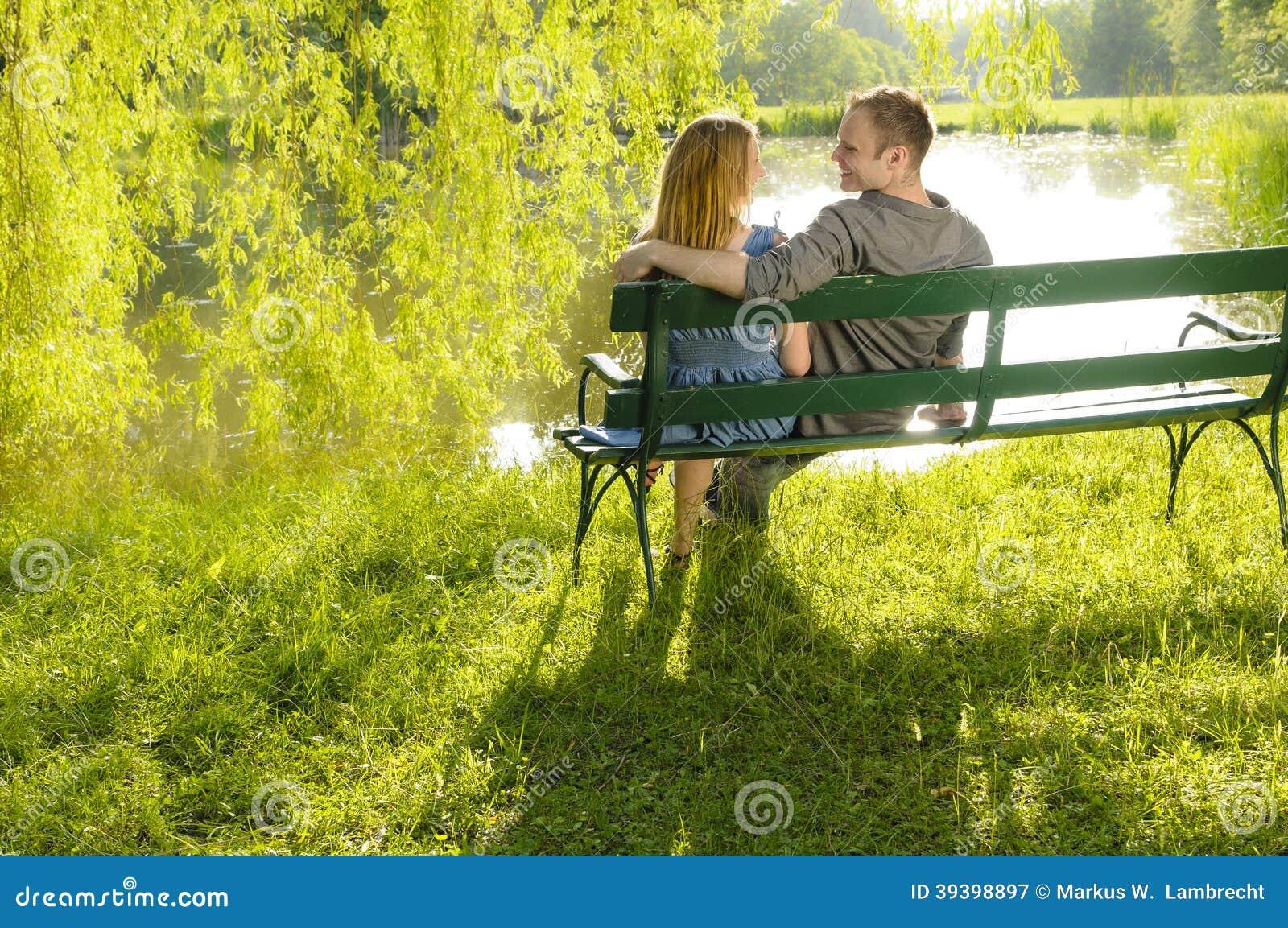 在公园长椅的爱