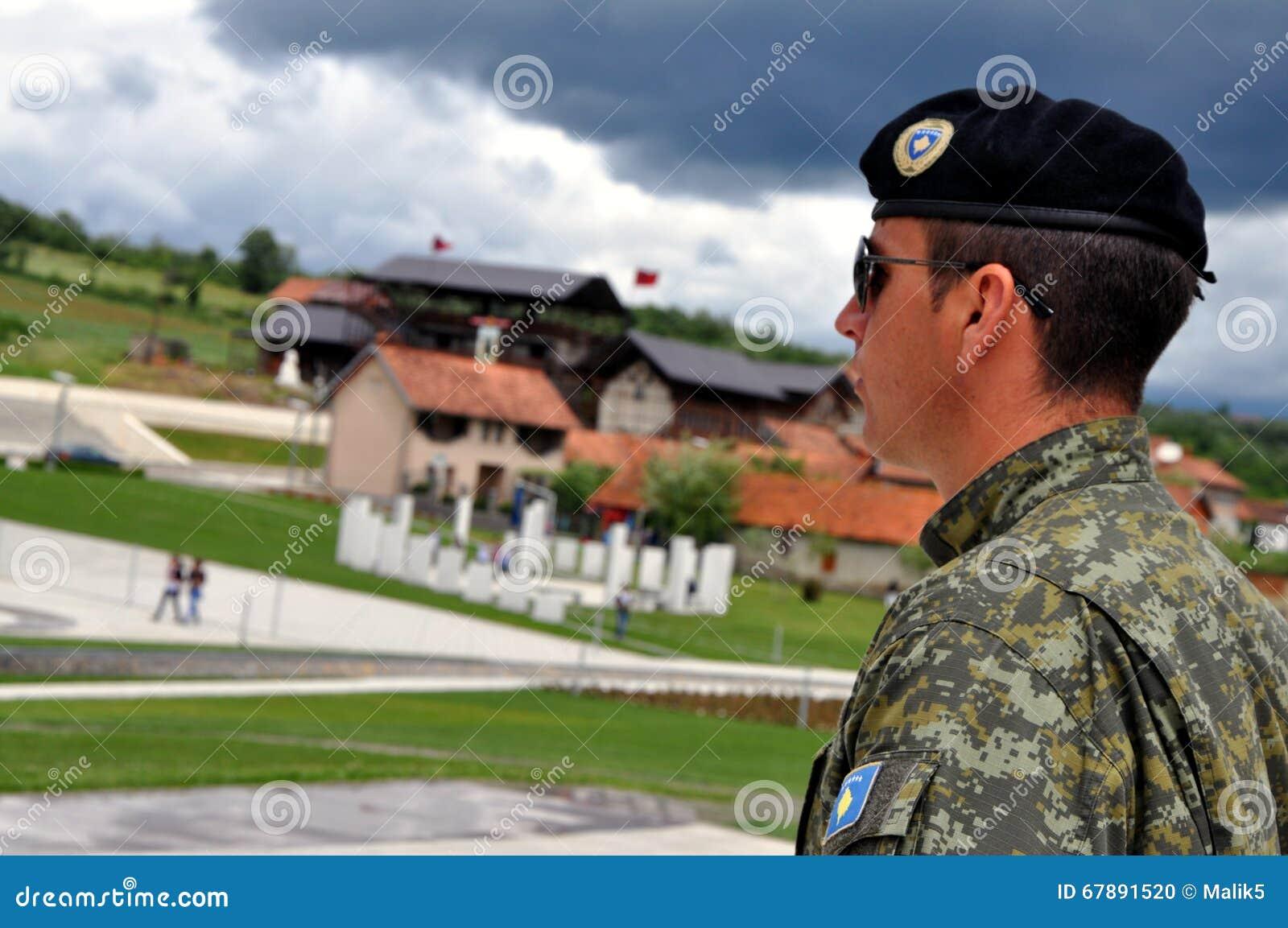 在公墓的一支仪仗队Jashari家庭坟茔, Prekaz,科索沃