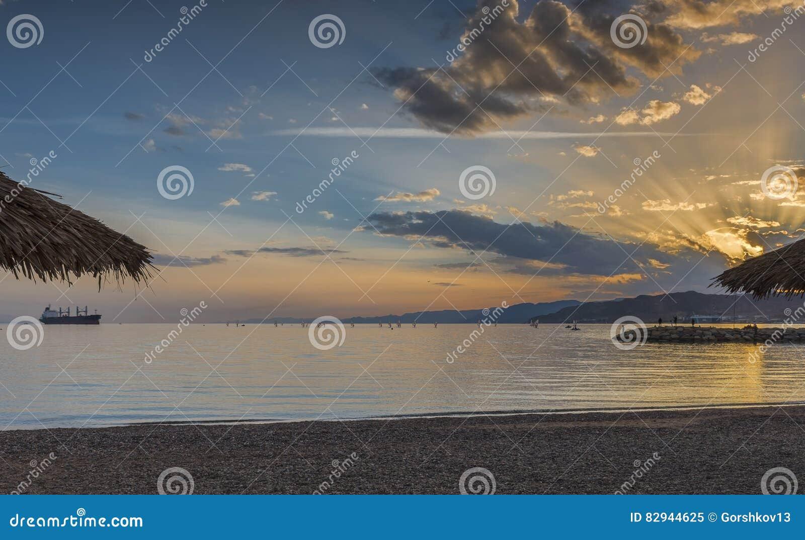 在公开海滩的日落埃拉特-著名游览城市在以色列