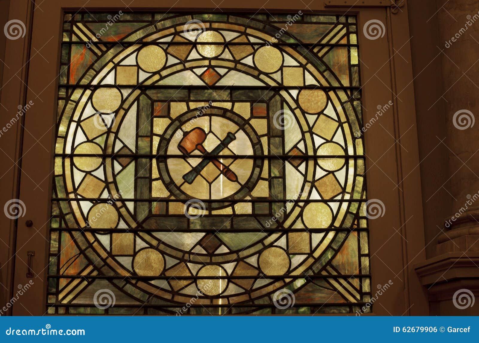 在共济会的寺庙的彩色玻璃