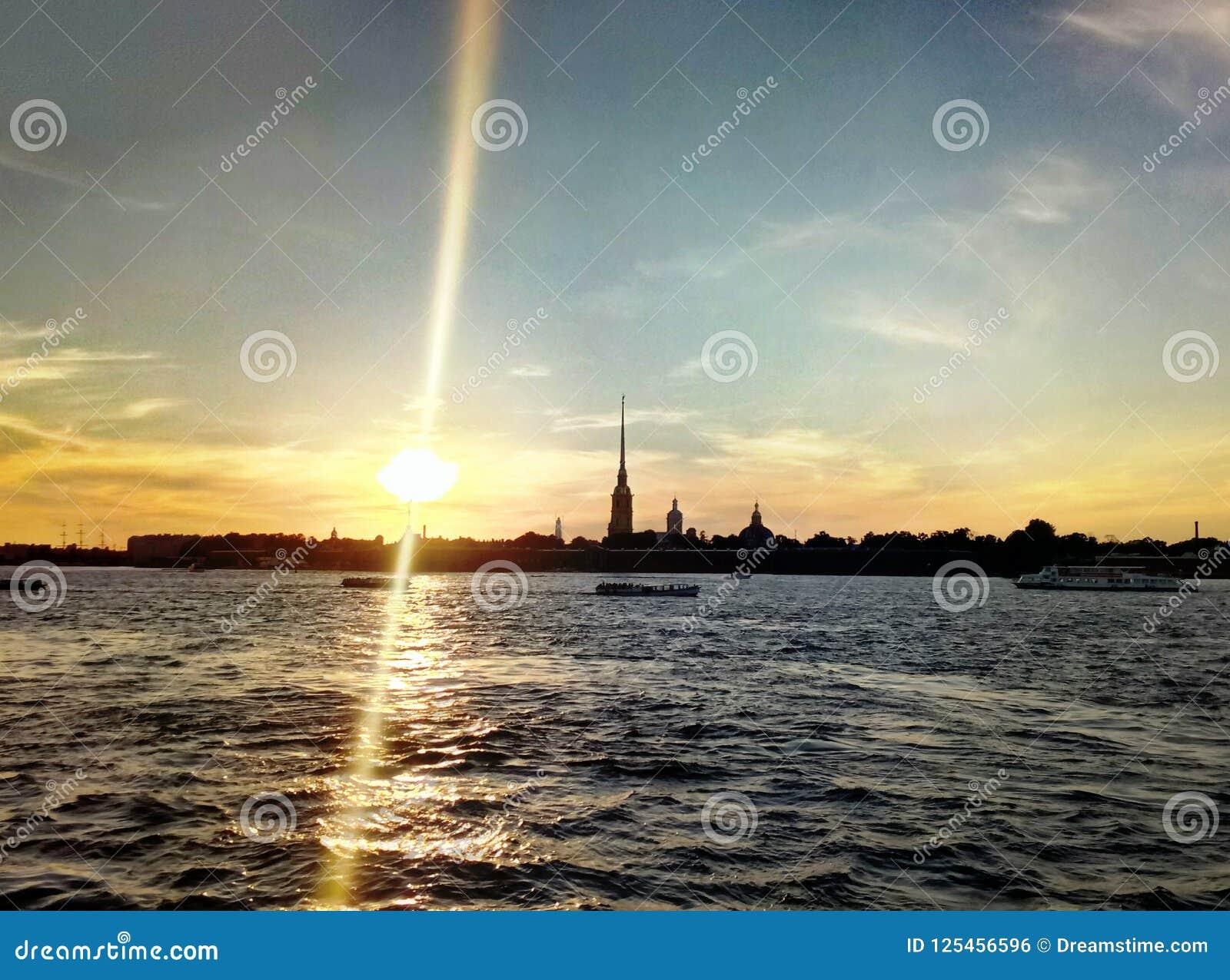 在内娃河的日落视图,俄罗斯联邦,圣彼德堡