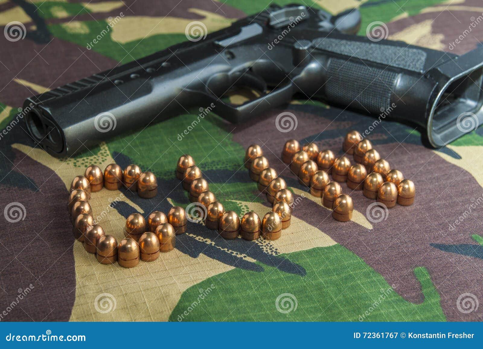 在军事伪装背景的火器手枪